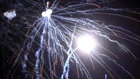 Feuerwerke, neues Jahr ` s Vorabend, ausgezeichnete verschiedene Farben, Video stock video