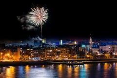 Feuerwerke in Novi Sad, Serbien Neues Jahr ` s Feuerwerke lizenzfreie stockfotografie