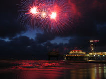 Feuerwerke am Strand lizenzfreies stockbild