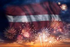 Feuerwerke und Flagge von Lettland stockfotografie