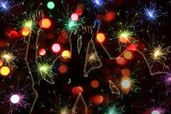 Feuerwerke und glückliche junge Leute Lizenzfreies Stockbild