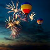 Feuerwerke und heißer Luftballon am Sonnenuntergang Stockfoto