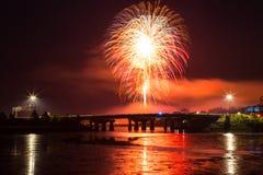 Feuerwerke und Lichter über der Brücke Stockbilder