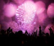 Feuerwerke und Menge, die das neue Jahr feiern Lizenzfreie Stockbilder