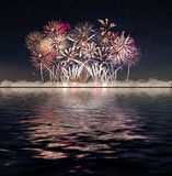 Feuerwerke und sternenklarer Himmel Lizenzfreies Stockfoto