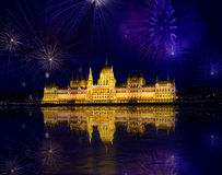 Feuerwerke und ungarisches Parlament Stockbild