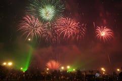Feuerwerke und Zuschauer Stockfotografie