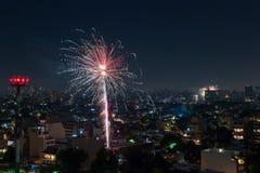 Feuerwerke von einer Terrasse auf neues Jahr ` s Eve Lizenzfreie Stockfotografie