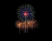 Feuerwerke von verschiedenen Farben lokalisiert auf Schwarzem Stockfotos