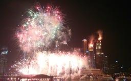 Feuerwerke vor Singapur-Skylinen Stockfotografie