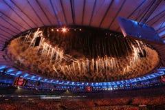 Feuerwerke während der Olympics-Eröffnungsfeier Rios 2016 an Maracana-Stadion in Rio de Janeiro Lizenzfreie Stockfotografie