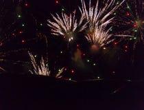Feuerwerke während der Show an Newcastle-Kai auf neues Jahr ` s Eve Stockfoto