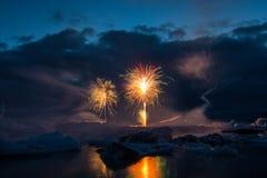 Feuerwerke zeigen Jokulsarlon-Gletscher-Eislagune in Süd-Island stockfotografie