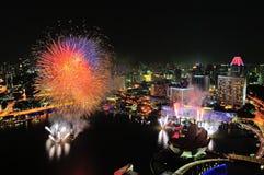 Feuerwerke zeigen während des Singapur-Nationaltags an Stockfotos