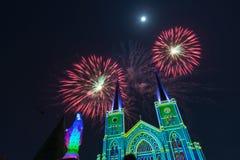 Feuerwerks-Feier mit frohen Weihnachten Stockbild