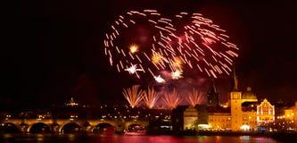 Feuerwerks-Show des neuen Jahr-2019 ?ber Prag lizenzfreies stockfoto