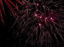 Feuerwerksanzeige - mit Spuren gegen schwarzen Himmel Stockbilder