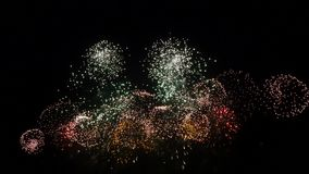 Feuerwerksanzeige nachts auf schwarzem Hintergrund lizenzfreie abbildung