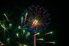 Feuerwerksexplosion am Hintergrund des nächtlichen Himmels Heller Gruß des Feiertags stockfotografie