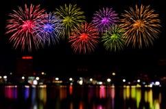 Feuerwerksfeier und die Stadtnacht beleuchten Hintergrund Stockfoto