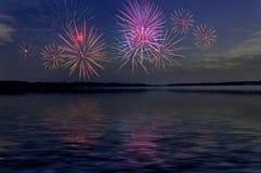 Feuerwerksgruß-Flusshintergrund lizenzfreies stockbild