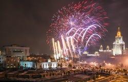 Feuerwerksmomente des Moskau-Wissenschafts-Festivals auf Lenin-Hügeln nahe Moskau-staatlicher Universität Stockbild