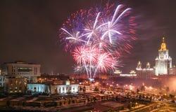 Feuerwerksmomente des Moskau-Wissenschafts-Festivals auf Lenin-Hügeln nahe Moskau-staatlicher Universität Lizenzfreie Stockfotografie