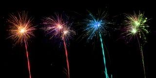Feuerwerkssammlung auf schwarzem Hintergrund stockfotografie