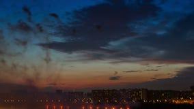 Feuerwerksshow über dem Fluss in der Abendstadt stock video