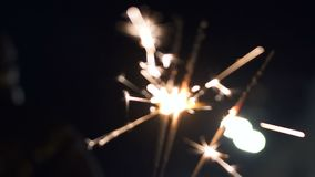 Feuerwerkswunderkerzen, die draußen an der Partei des neuen Jahres, Abschluss oben, Feiertage beleuchten stock video