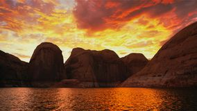 Feuerwolke Sonnenuntergang-Mountainsee stockbilder