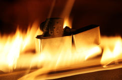 Feuerzeug mit Flammen Stockfoto
