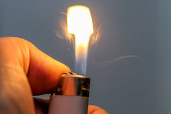 Feuerzeug nachdem dem Beleuchten stockfotos