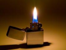 Feuerzeug und Flamme Lizenzfreie Stockfotos