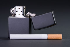 Feuerzeug und Zigarette Stockfotos