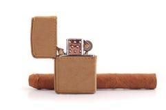 Feuerzeug und Zigarre Stockbild