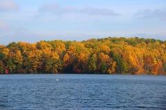 Feuillage d'automne au réservoir Photographie stock