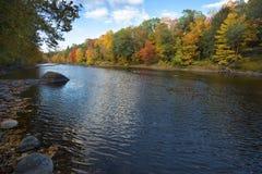 Feuillage d'automne scénique sur la rivière de Farmington, canton, le Connecticut image stock