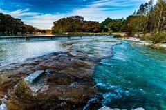 Feuillage d'automne sur la rivière clair comme de l'eau de roche de Frio dans le Texas photo stock