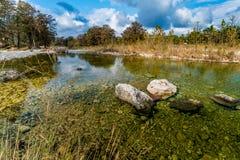 Feuillage d'automne sur la rivière clair comme de l'eau de roche de Frio dans le Texas image libre de droits