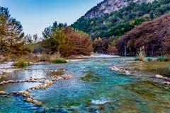 Feuillage d'automne sur la rivière clair comme de l'eau de roche de Frio dans le Texas photos stock