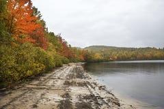 Feuillage d'automne sur le rivage de l'étang de Sturdevant dans Magalloway, principal Photographie stock