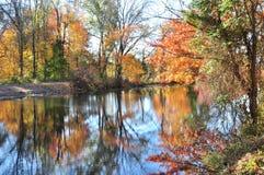 Feuillage d'automne : traînée de canal du New Jersey Image stock