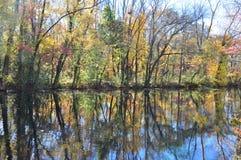 Feuillage d'automne : traînée de canal du New Jersey Photographie stock