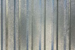 Feuillard bleu gris avec les lignes verticales Texture de surface approximative photos stock