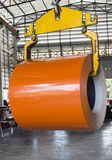 Feuillard de bobine de petit pain d'ascenseur par la grue dans l'usine de feuillard de tuile Photographie stock