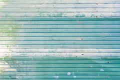 Feuillard en acier galvanisé ondulé de fer de couleur verte avec la surface rouillée pour la texture et le fond images libres de droits