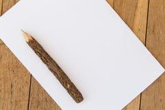 Feuille blanche de papier blanc avec le stylo en bois sur la table Image libre de droits