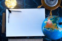 Feuille blanche de papier de mocap, dans la perspective du globe et des lumières Photographie stock libre de droits