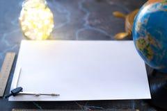 Feuille blanche de papier de mocap, dans la perspective du globe et des lumières photos stock